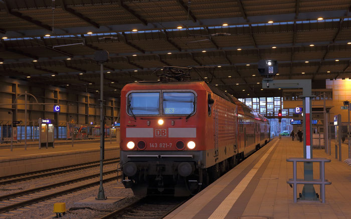 143 821 mit RE 3 in Chemnitz