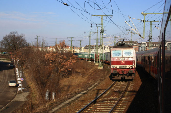 180 006 mit Containerzug hinter Dresden Friedrichstadt