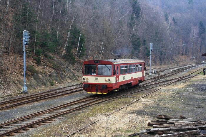 810 213 bei der Ausfahrt aus dem Bahnhof Eichwald