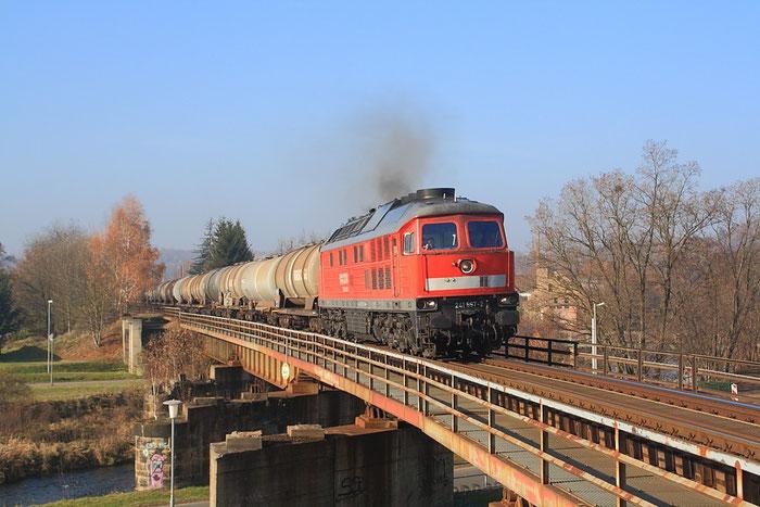 241 697 mit (einzigem leeren) Kesselzug des Tages auf der Muldenbrücke in Nossen