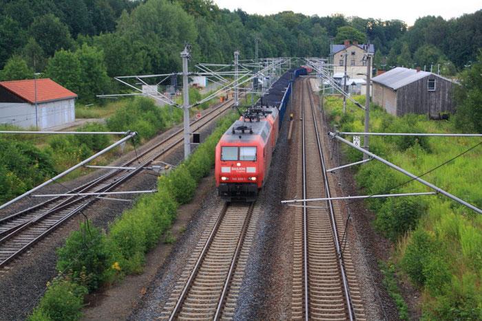 145 026 und zwei Schwesterloks mit vollem Kokszug in Klingenberg