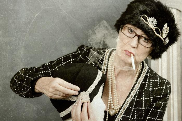 Chanel sigaret en hoed
