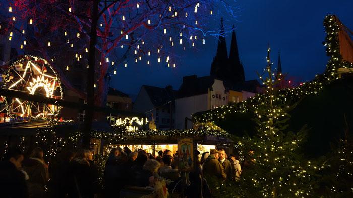 Si vede il Duomo dal mercato di gnomi (Heinzelmännchenmarkt)  Si trova in centro storico pocci passi dalla stazione centrale