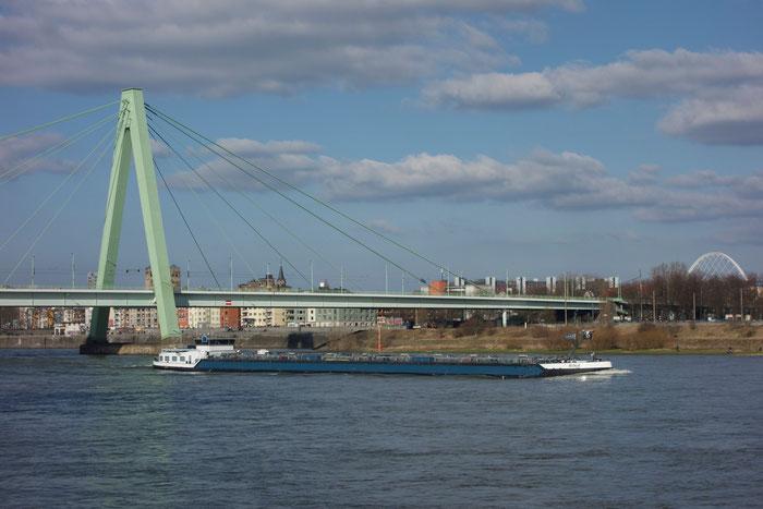 Si vede il ponte sud di Colonia, una nave che va sul Reno al nord.