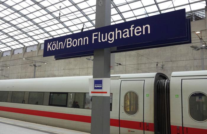 Dall' aereoporto (Flughafen) si arriva dopo 15 minuti alla stazione centrale di Colonia, dall' aereoporto di Düsseldorf dopo 45 minuti.