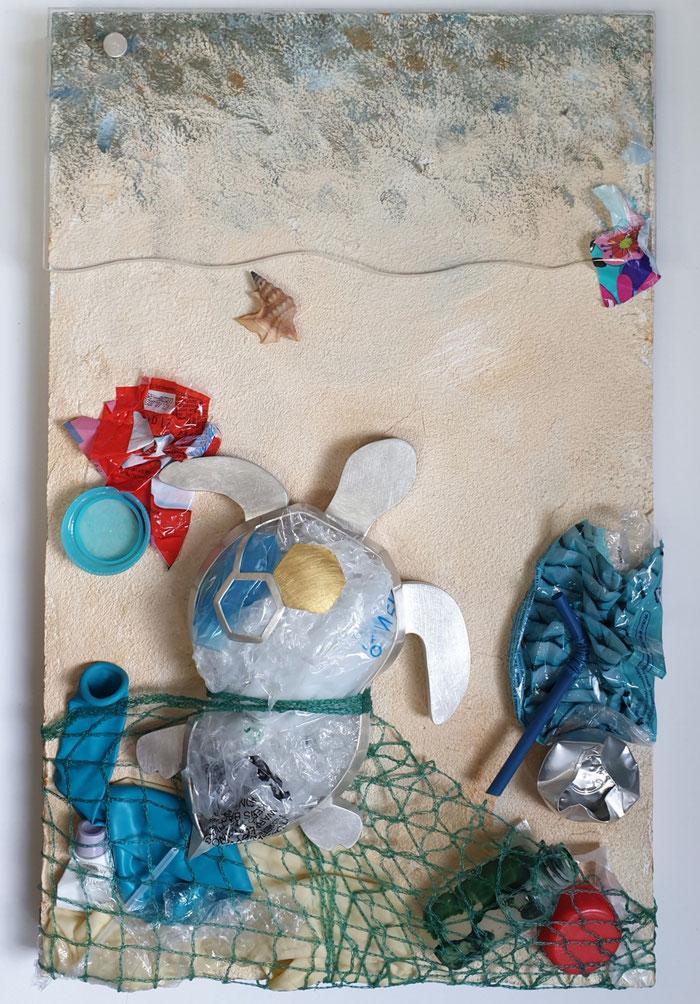 Schildkröte aus 925er Silber mit Feingold, kombiniert mit Plastikmüll und Holz