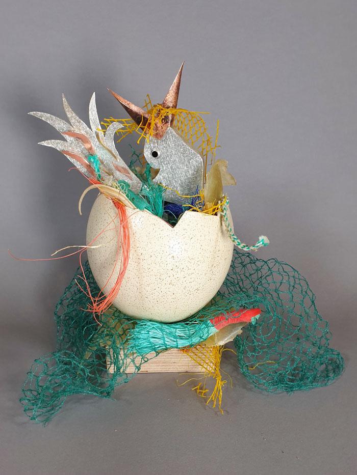 Meeresvogel aus 925er Silber mit Kupfer und Feingold, kombiniert mit Plastikmüll, Straußenei, Onyx