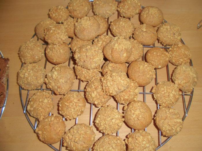 Erdnuss-Kugel mit gerösteten und gesalzenen Erdnüssen
