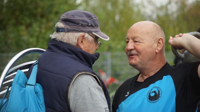 Bernhard Tretter (rechts), der das Rundgewicht bereiits aufgesattelt hat, Im Gespräch mit Teamkollegen Torsten Lange.