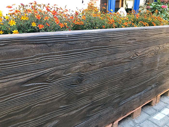 Hochbeet aus Beton mit Holzstruktur Braun