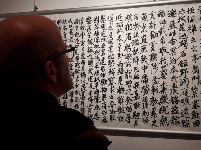 Ein Besucher betrachtet das Qianziwen. Alle Werke der Ausstellung stammen von Kolja Quakernack.