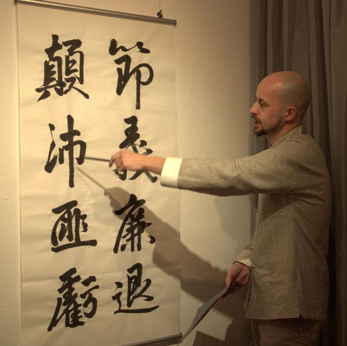 """Kolja Quakernack, während einer Führung durch seine Ausstellung """"Schwarz auf weiß"""". Foto © Jiewei Chen"""