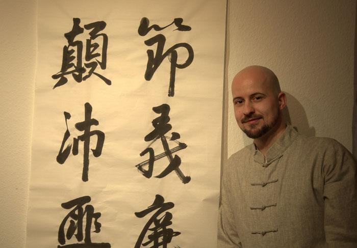 Kolja Quakernack und Vers 48 des Qianziwen-Klassikers. Foto © Jiewei Chen