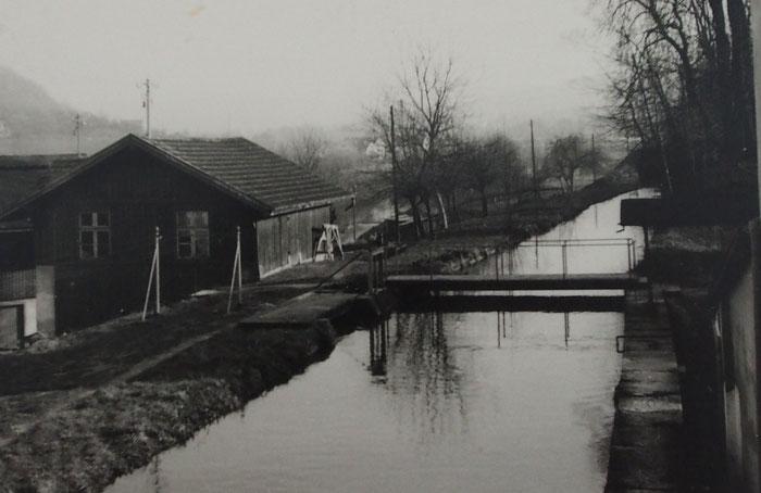 Der Kanal war die Lebensader des alten Schönthals. Das Wasser trieb Turbinen an, schluckte jede Menge Gift und lud die Kinder zum Spielen ein.