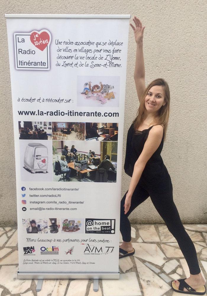 kakémono de La Radio Itinérante présenté par Élise