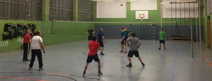 Im Winter findet nach dem normalen Training ein offenes Volleyballspielen statt.