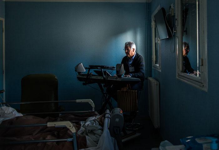 Atelier de musicothérapie en soins palliatifs animé par Jean-Louis Rieu Piquet à laPolyclinique de Montréal, Carcassonne, 2019, Léo Derivot