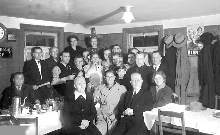 1951 Hochzeitsgesellschaft im Dachsbau, Mathilde und Erich Gräfinger, Pfarrer Böhe.