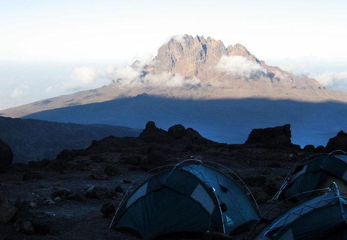 Blick vom letzten Lager am Kibo  zum Mawenzi (5149m)