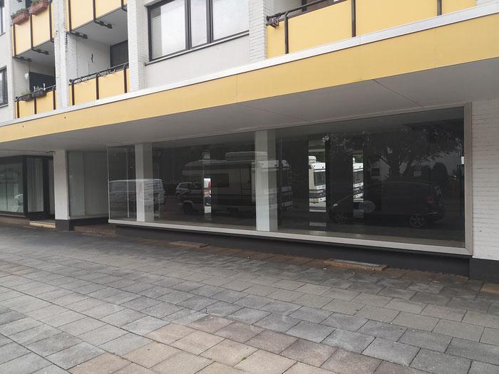 Große Fensterflächen prägen die Ladenfront.