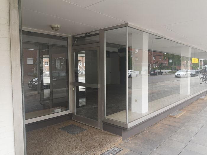 Der Eingangsbereich bietet ringsum Platz für Ihre Auslage.