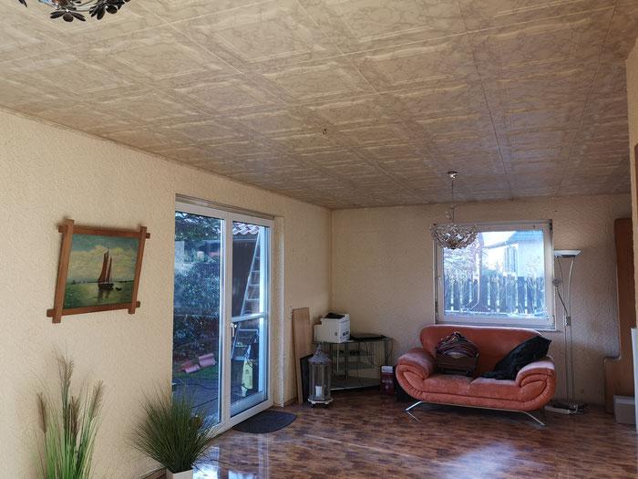 Helles Wohnzimmer mit Zugang zur Terrasse.
