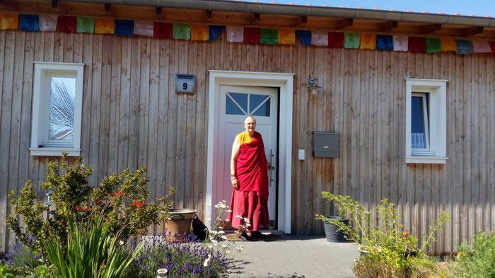 Die Ehrwürdige Nonne Namgyäl Chökyi steht vor der Tür des Klosters Shide