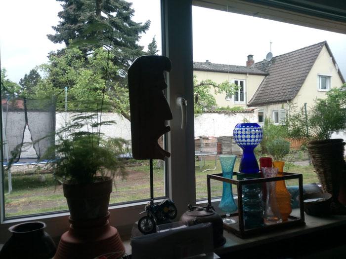 Blick aus dem Fenster mit Vasen und Blumentopf