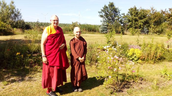 Zwei Nonnen stehen im Garten des Klosters Shide