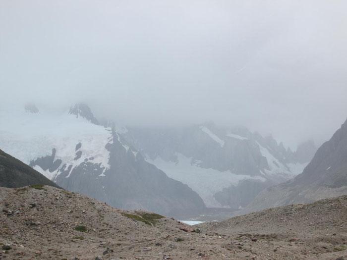 Eine Gutwetter-Garantie gibt es in Patagonien nicht. Hier versteckt sich der Cerro Torre im Hochsommer hinter grauen Wolken...
