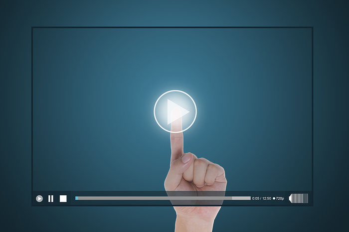 Dedo toca video interactivo