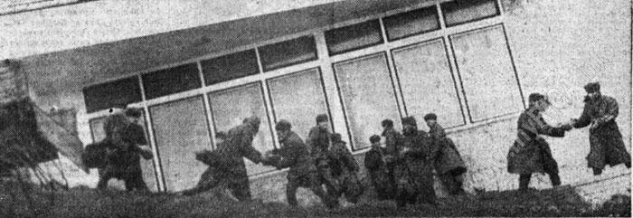 военные разгружают мешки с песком возле «Юрас перле»
