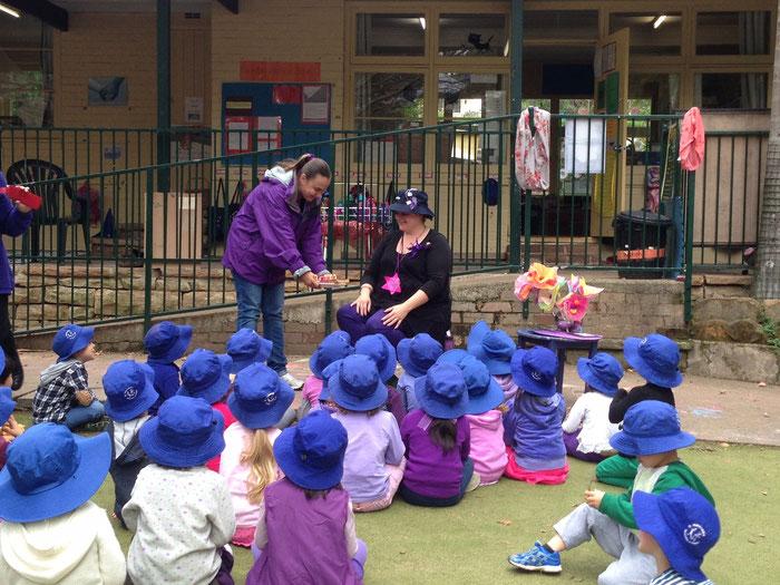 Anja als juf bij Pinjarra Pymble, Australië; dit was ter ere van mijn verjaardag. Bijna alle kindjes hadden iets paars aan, dit hadden mijn collegaatjes georganiseerd. Paars is mijn lievelings kleur ;-)