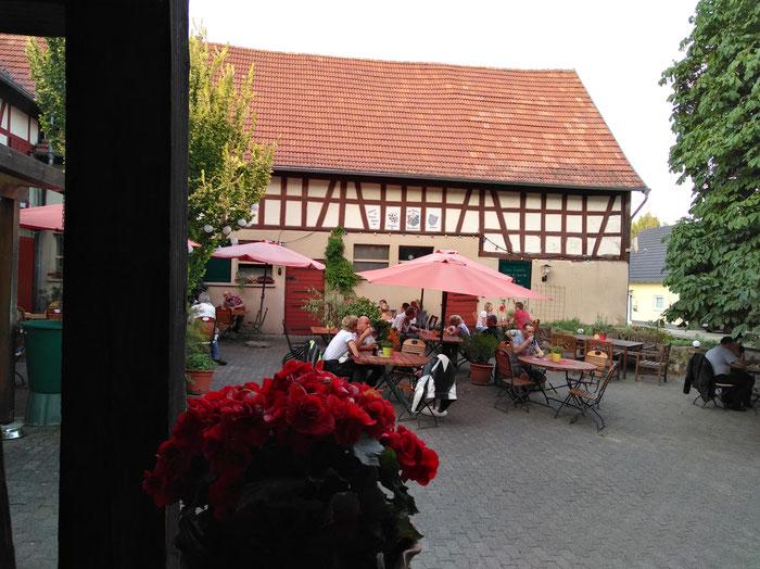 Unter lauschigen Kastanienbäumen und von Marktschirmen beschattet sitzt man gemütlich im Innenhof beim Löwen.