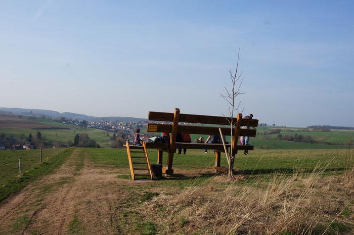 In 1,50 m Höhe entspannt die Beine baumeln lassen und den Ausblick auf Kirchbrombach genießen.  (©odenwaldlust)