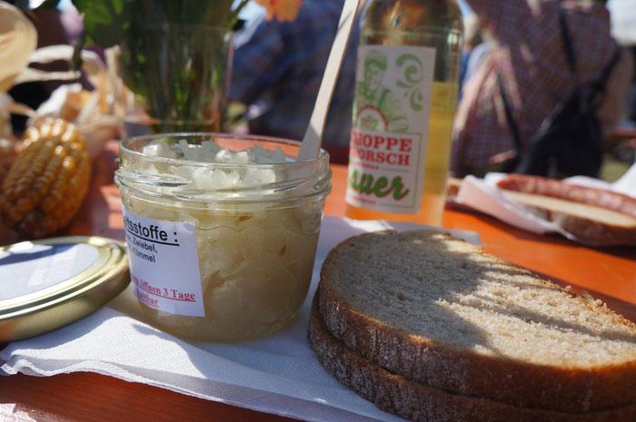 Brotzeit auf Odenwälder Art mit Handkäs und Apfelwein sauer gespritzt.