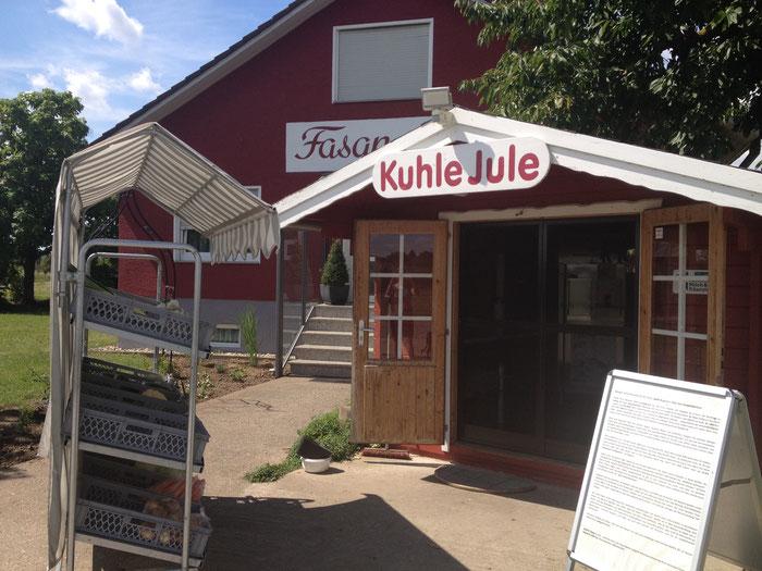 In der Blockhütte vor dem Fasanenhof befindet sich die Milchtankstelle mit kleinem Hofladen.
