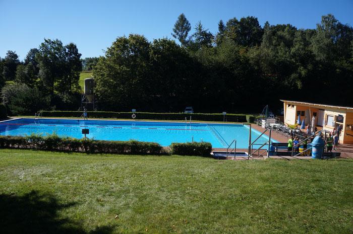 Das Schwimmbecken im Freibad Kirchbrombach.