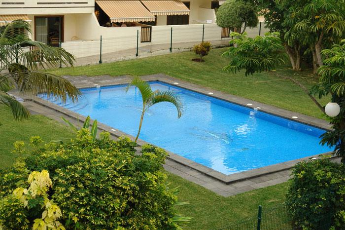 Pool in Mitten einer grünen Rasenfläche