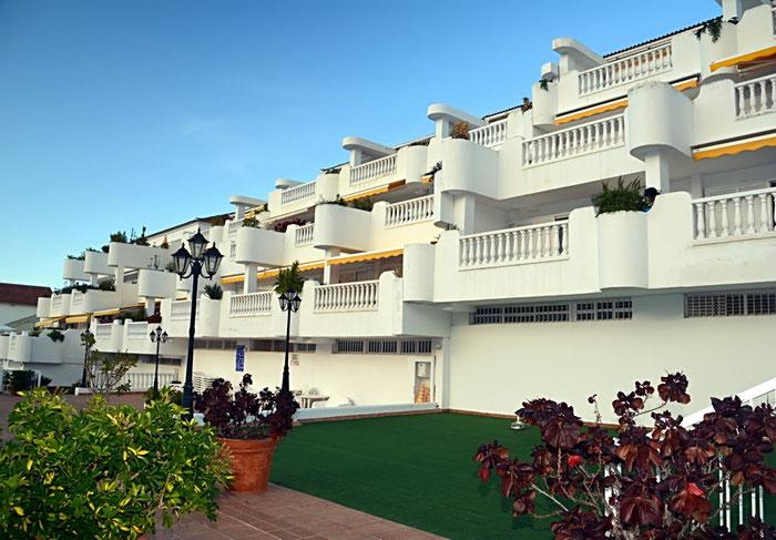 Apartmentanlage im terrassenartigen Baustiel mit großen Balkonen