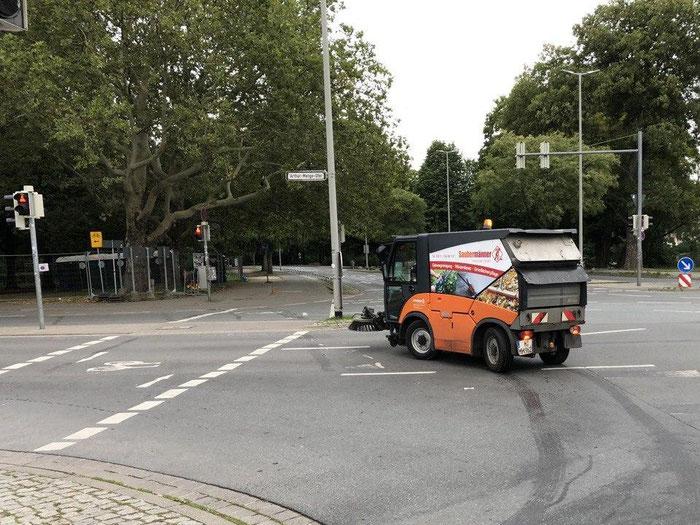 Straßenreinigung mit modernen Kehrmaschinen