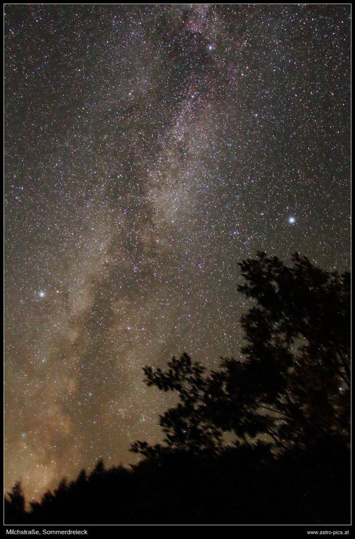 Milchstraße mit dem Sommerdreick, bestehend aus den Sternen Altair, Deneb und Wega