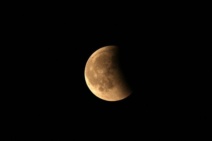 Mondfinsternis 2018 - Der partiell verfinsterte Mond um exakt 00:00 Uhr