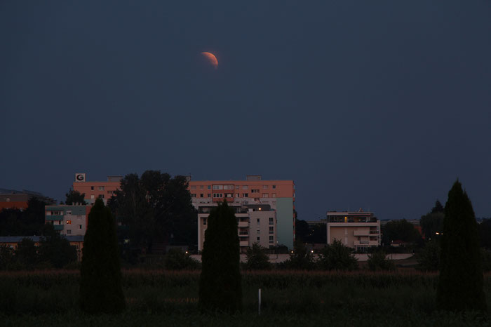Mondfinsternis 2018 - Partiell verdunkelter Mond am Südost-Horizont