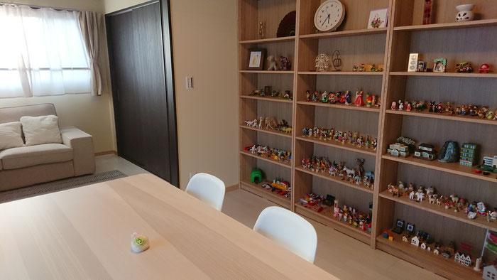 カウンセリングを実施する室内の写真、箱庭療法