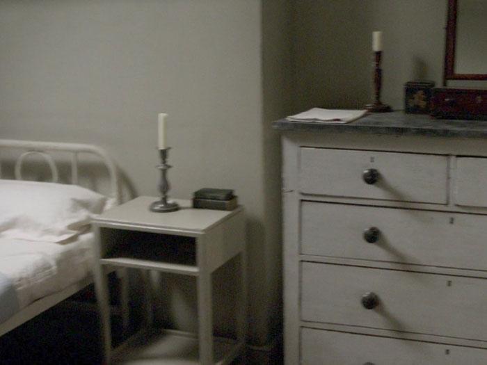 ベッドルームにはチェストを置く。