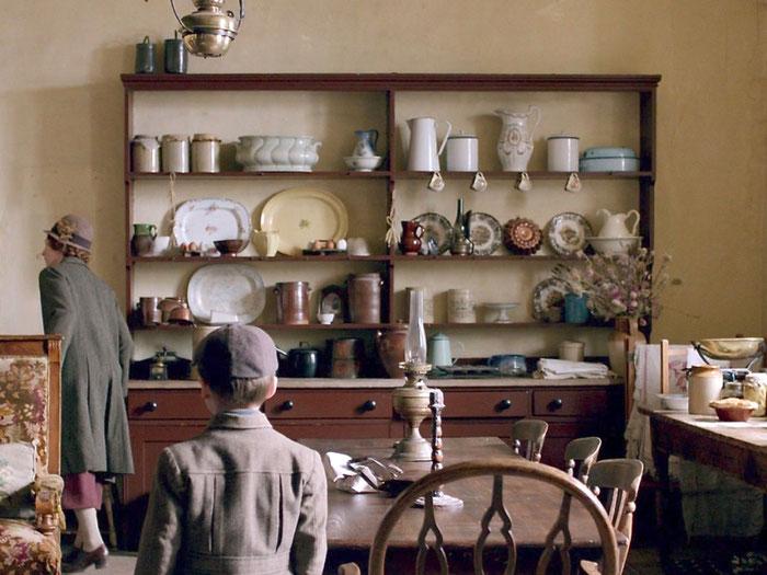 壁面の中央に置かれた食器棚