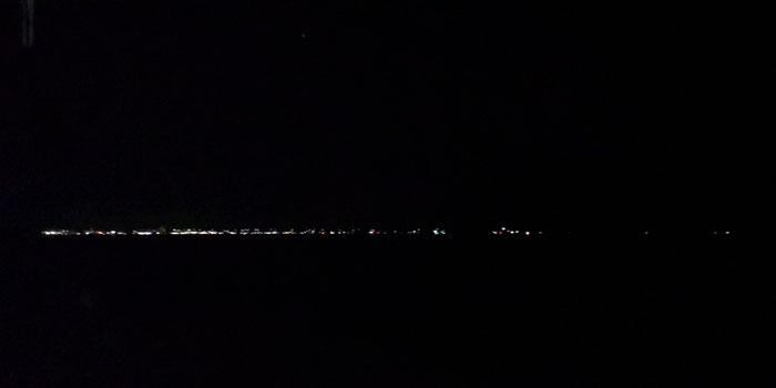 So sieht eine Nachtfahrt auf der Ostsee aus. Bei diesen Lichtverhältnissen haben Sie ohne professionelle Sicherheitsausrüstung im Notfall nur schlechte Überlebenschancen.