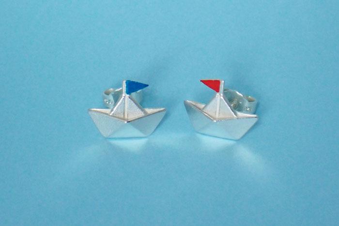 Ohrstecker in Papierschiffform, Silber mit rotem und blauem Wimpel