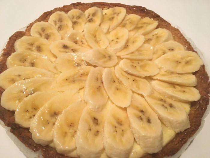 Mohn-Tarte mit Orangen-Crème und Bananen